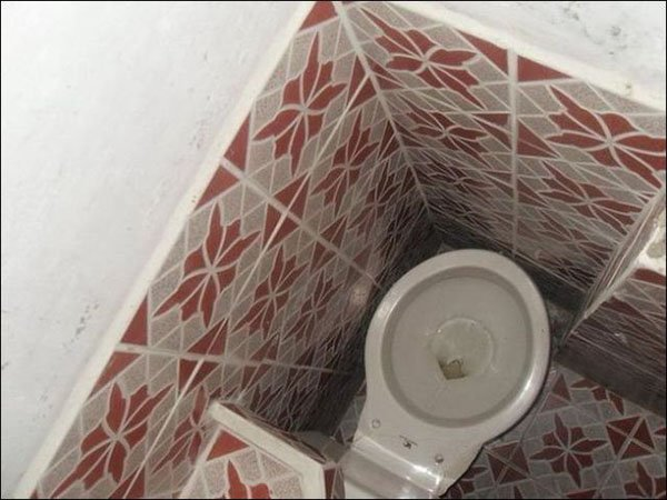 Inodoro sin espacio suficiente para que una persona lo use