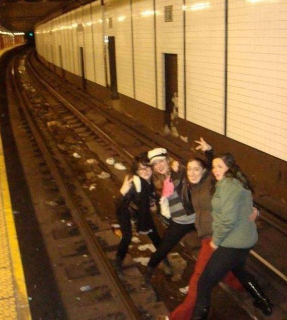 Fotografía de unas chicas en medio de las vías de un tren