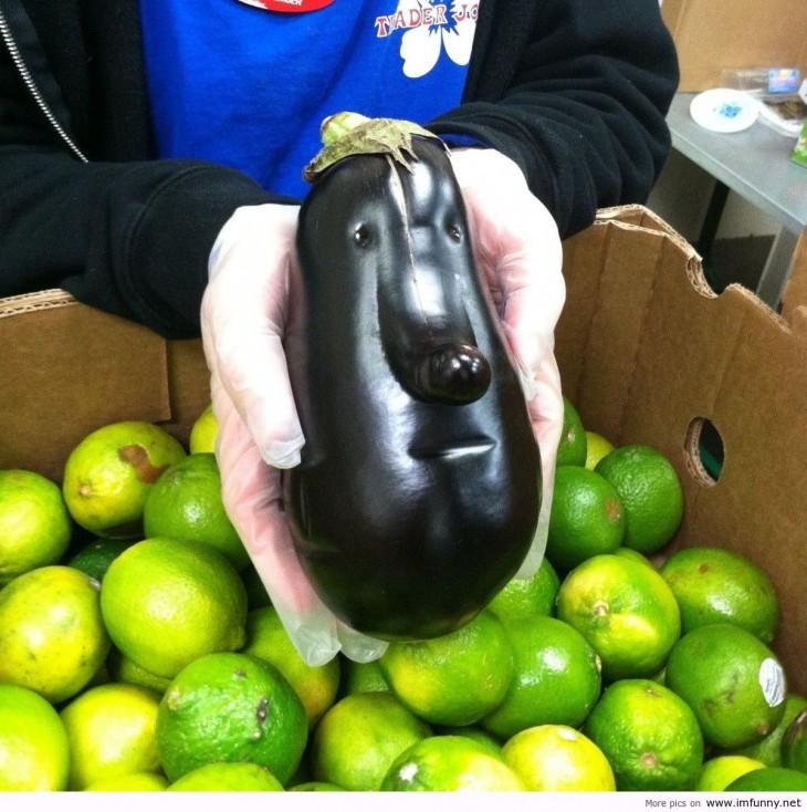Berenjena con forma de cara en una caja de limón