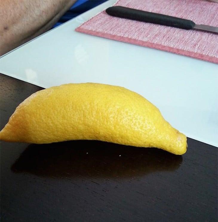 Limón en forma de plátano sobre una mesa