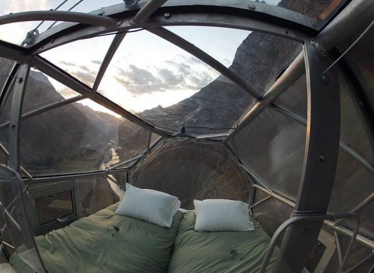 una cama dentro de una suite en el acantilado de Perú