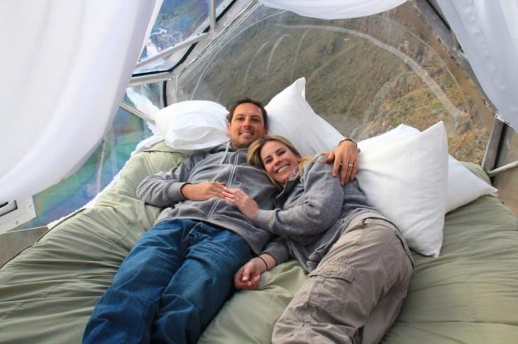 dos personas acostadas en la cama de una habitación en el aire de Perú