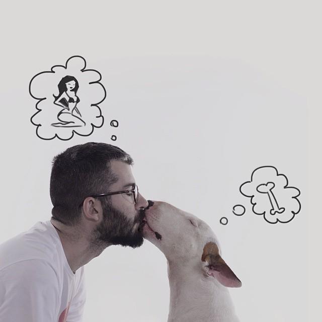 Hombre dando un beso en el hocico a su perro con dos globos de imaginación arriba de sus cabezas