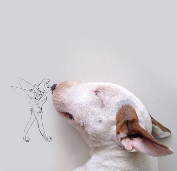 Dibujo de campanita dando un beso en la nariz de un perro bull terrier