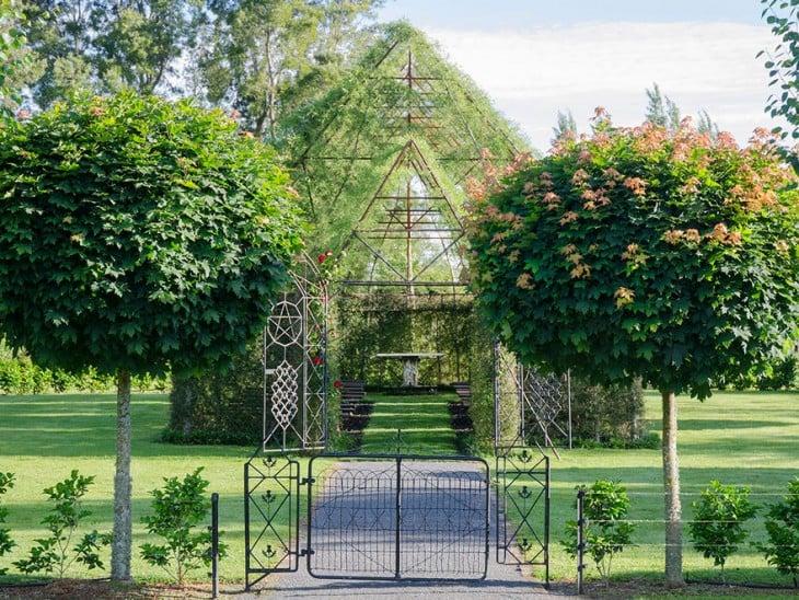 imagen frontal de la iglesia construida con arboles en nueva zelanda