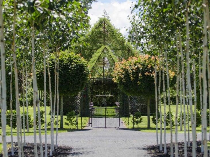 vista frontal lejana de la iglesia que se contruyo con arboles en nueva zelanda