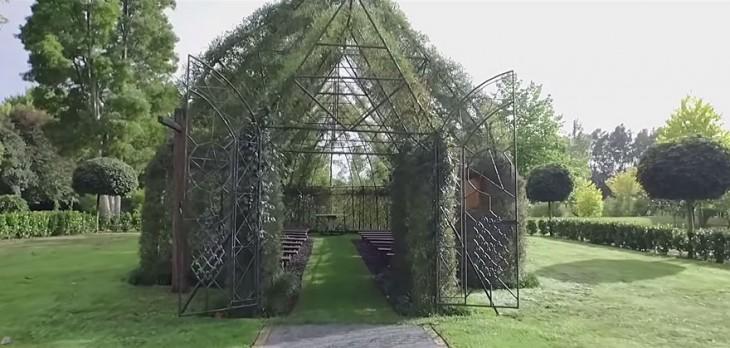 imagen de la iglesia construida con arboles con las puertas abiertas
