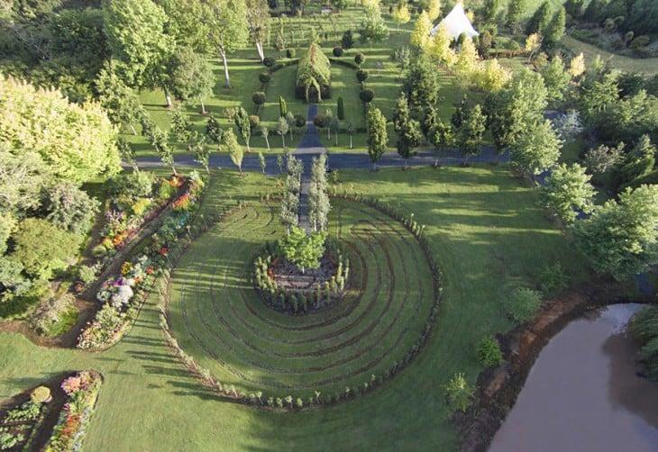 vista panoramica de la iglesia que se contruyo con arboles en nueva zelanda