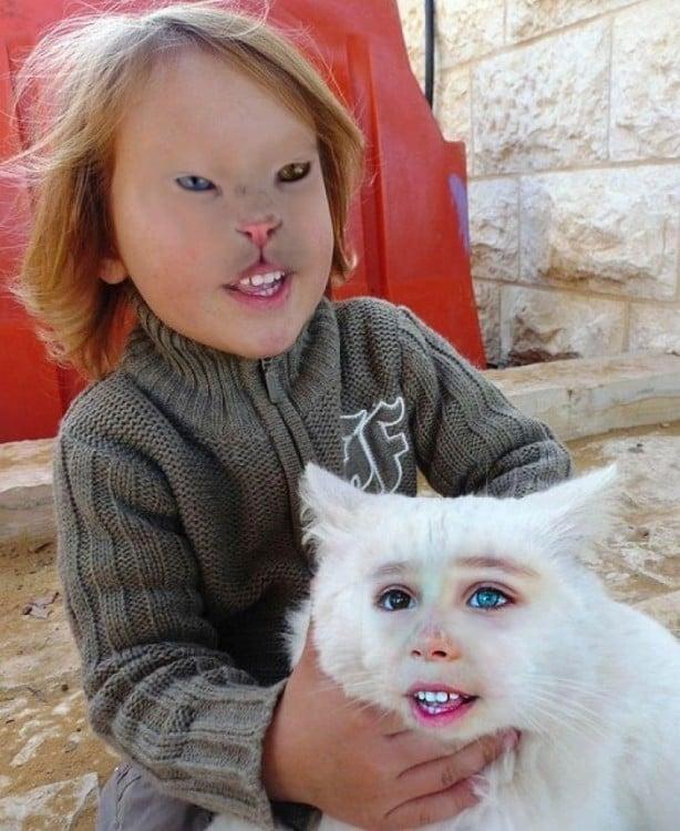 Niña con cara de gato con un gato en sus manos