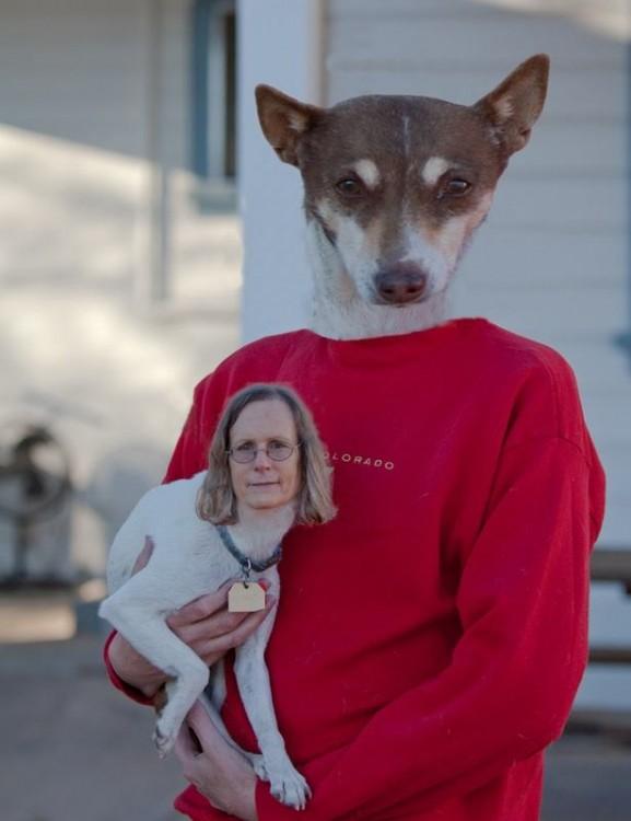 Mujer con cara de perro chihuahua cargada por un perro con cuerpo de humano