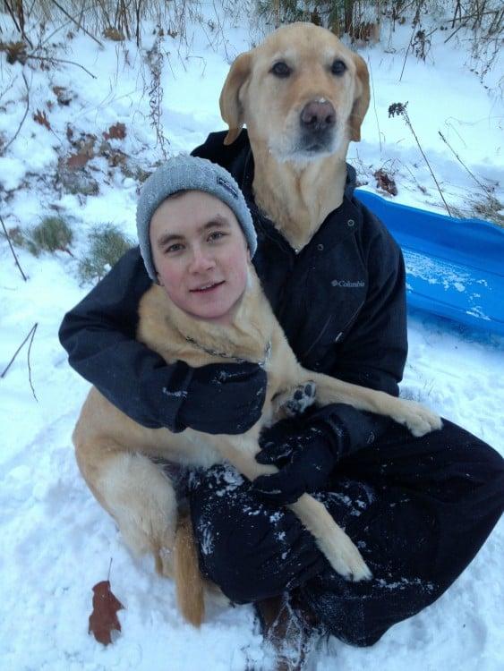 Chico con cara de perro y perro con cara de chico