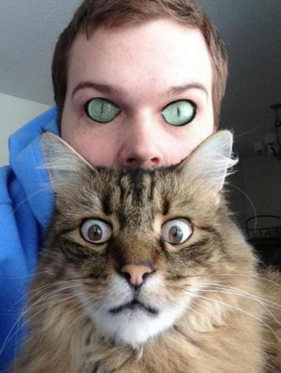 Chico que intercambio sus ojos con los de un gato