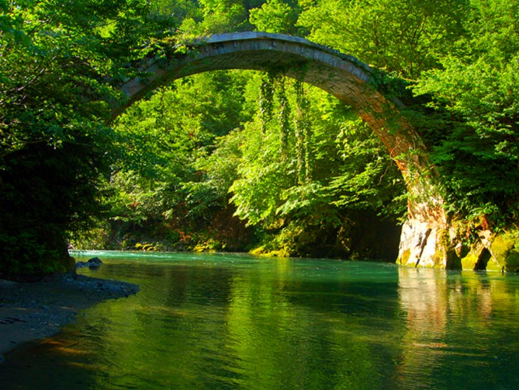 Puente Mtirala en el Parque Nacional Mtirala en Ajara, Georgia