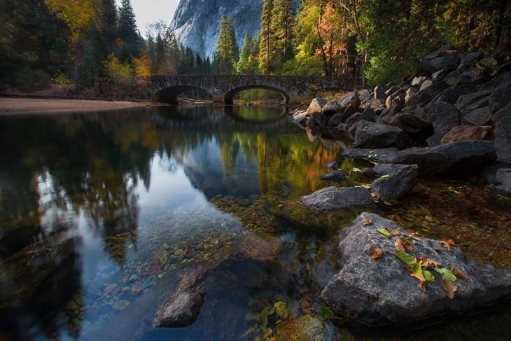 Puente sobre el río Merced, Yosemite, Usa