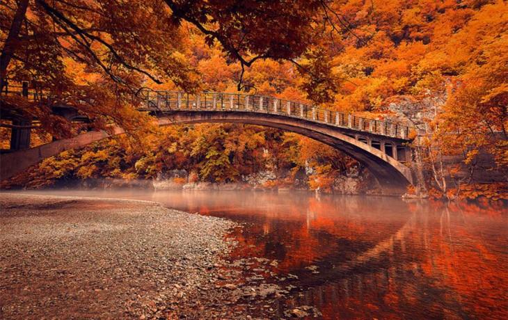 Puente sobre el río Voidomatis, Vikos Gorge, Grecia