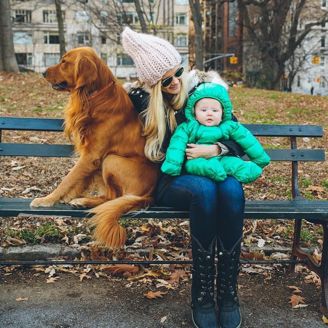 mujer abrazzndo a su perro y a su hija