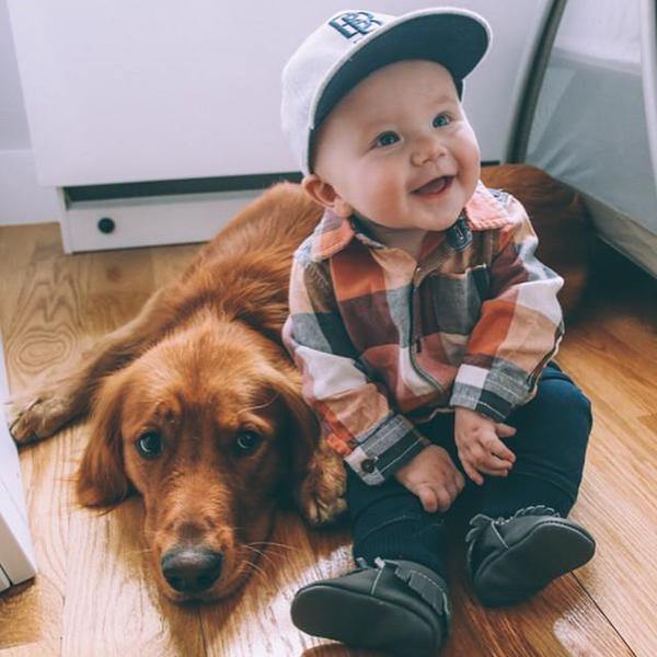 niño posando para la foto con su perro