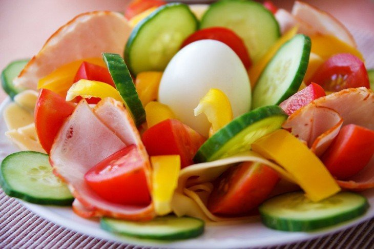 Platillo con huevo, pepino, tomate, tocino y mango