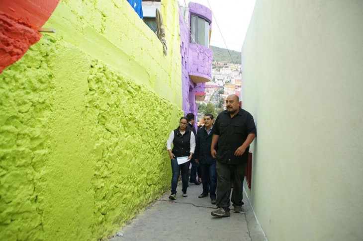 Personas del colectivo Germen por una de las calles de la colonia Palmitas
