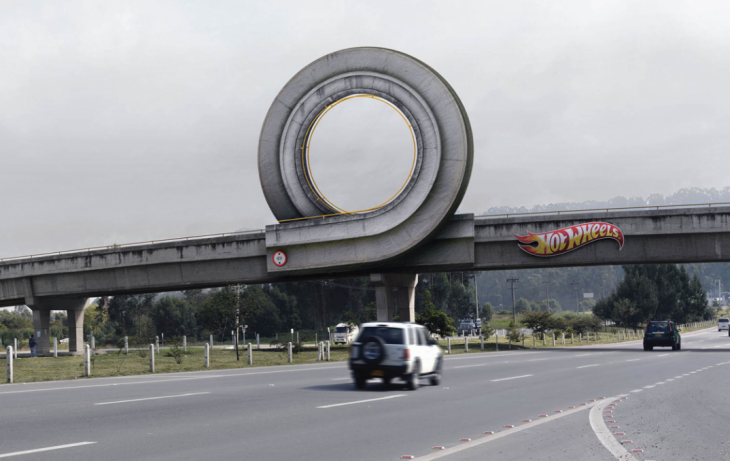 Anuncio de Hot Wheels en una carretera