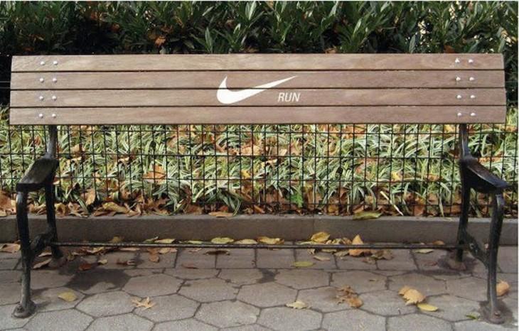 Banca con el logotipo de Nike en una plaza