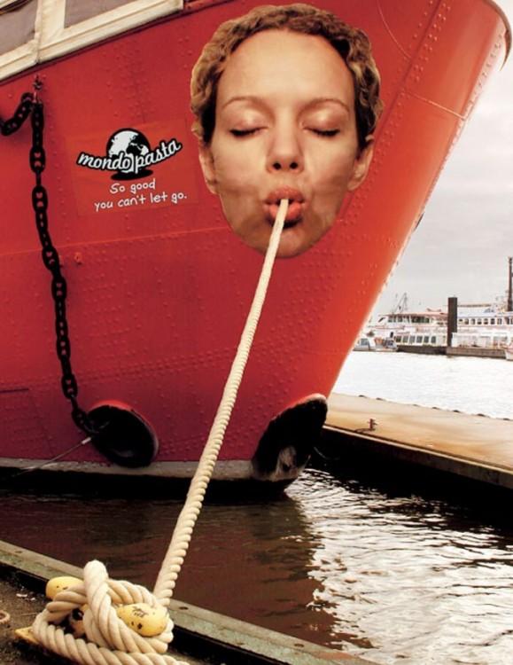 Cara de una mujer en un barco que simula que esta comiendo pasta