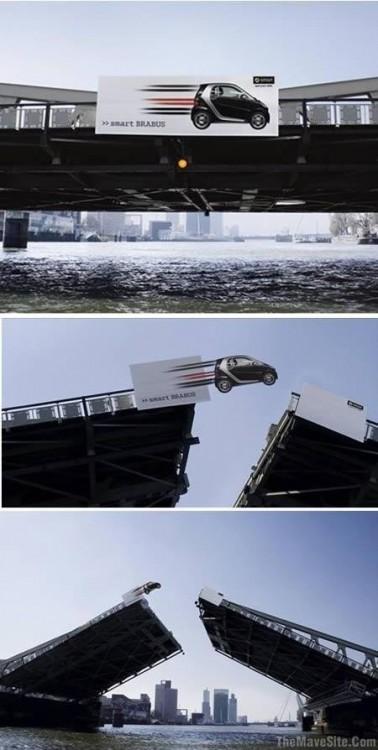 Puente con publicidad que simula desafiar la gravedad