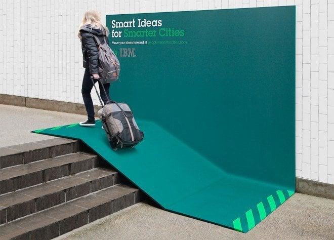mujer pasando por una rampa y cartel publicitando de IBM
