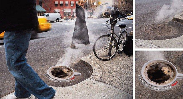 Taza de café tapando una coladera en la calle