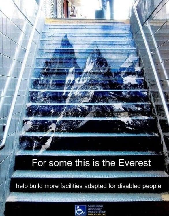 Las escaleras son como el Everest para las personas con discapacidad en una ciudad