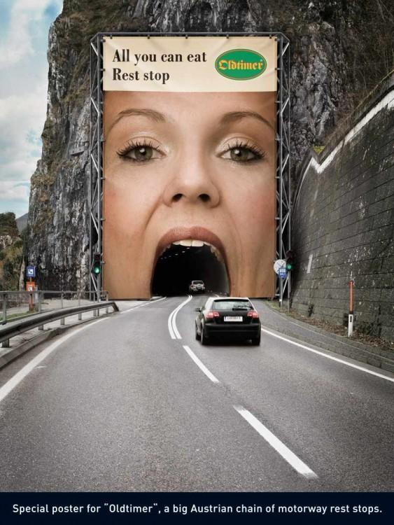 Anuncio de la boca de una mujer sobre un puente para que pasen los carros