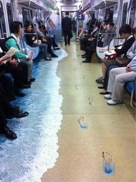 Publicidad de mar en el metro