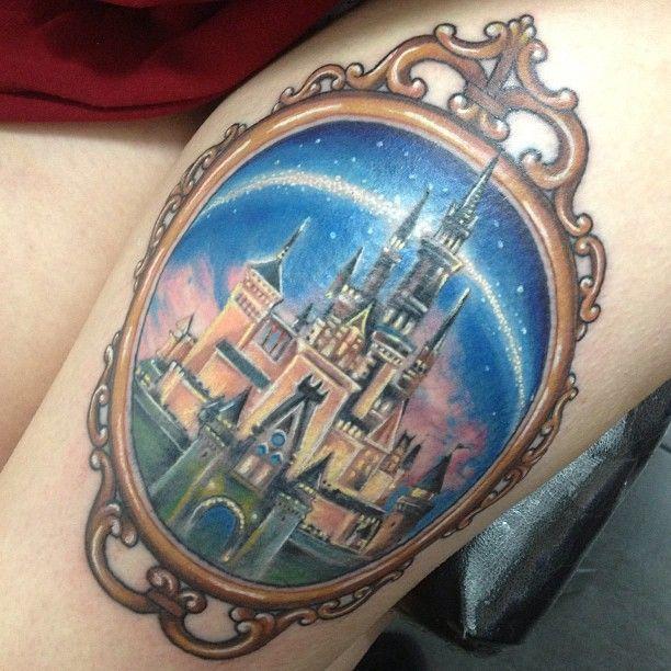 Tatuaje con el diseño del castillo de disney dentro de un espejo