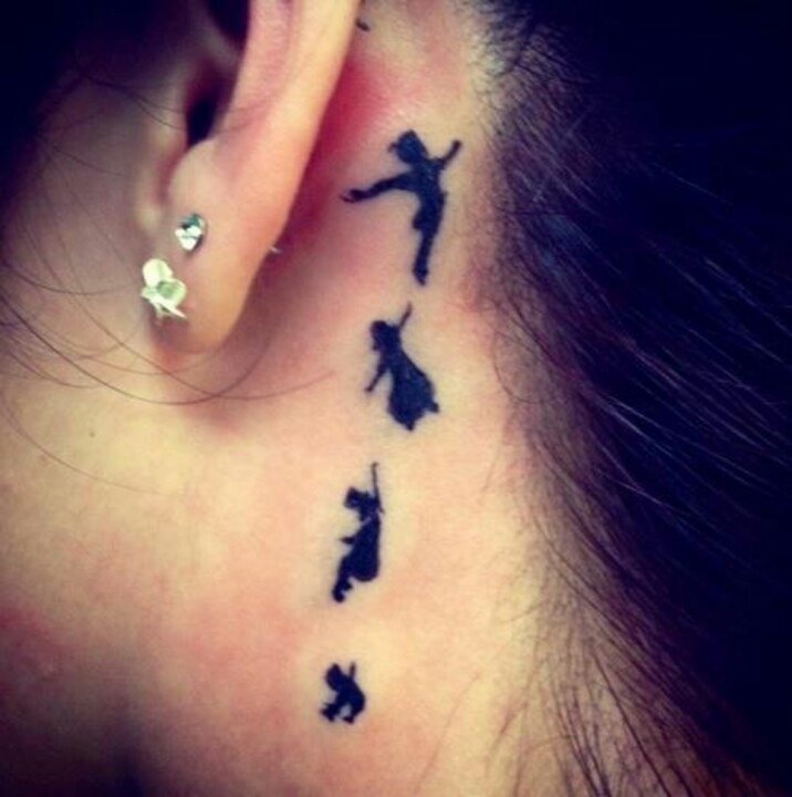 Siluetas de personajes de peter pan tatuados en la cabeza de una chica