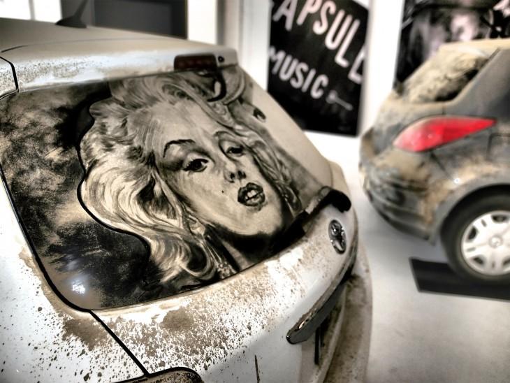 parabrisas con un dibujo de Marylin Monroe en tierra