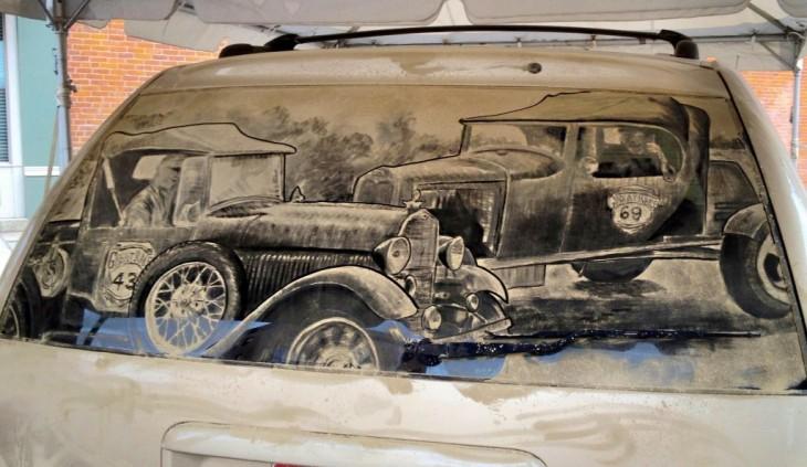 Scott Wide dibujo unos autos antiguos en el parabrisas lleno de tierra de un coche