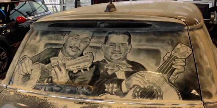 Obras de arte en el parabrisas por Scott Wide con la figura de dos hombres que son mariachi