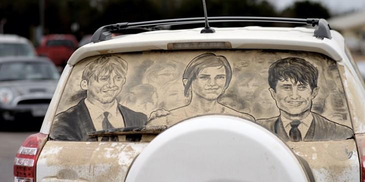 personajes de Harry Potter en el parabrisas sucio de una camioneta gris
