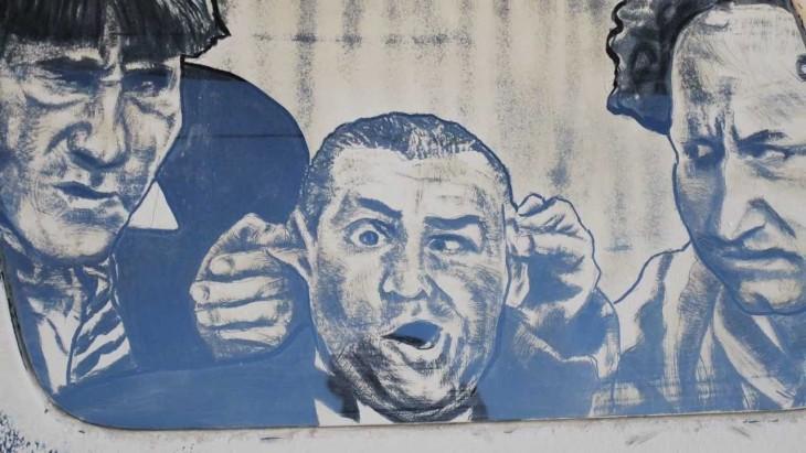 caras de hombres dibujada en el parabrisas