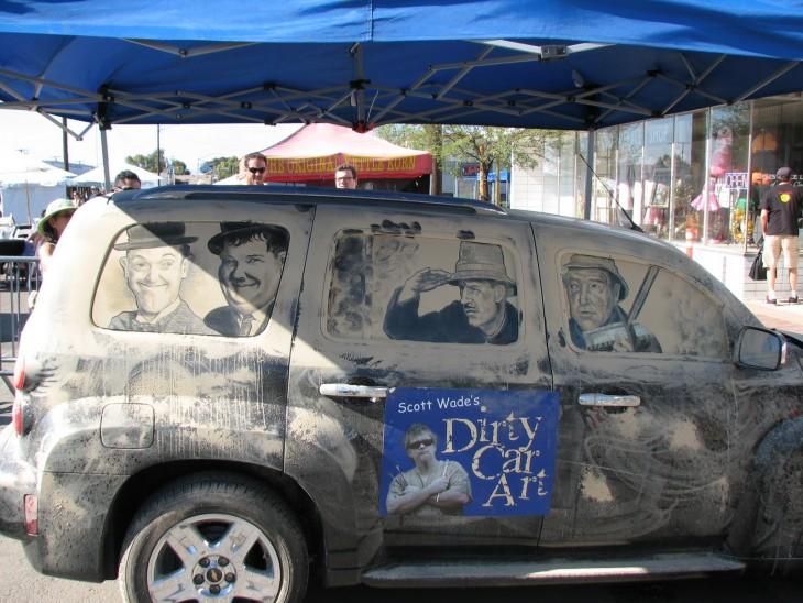 hombres en los vidrios sucios de una camioneta por Scott Wade