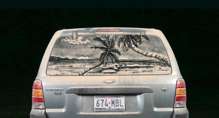 playa en el parabrisas sucio de un coche