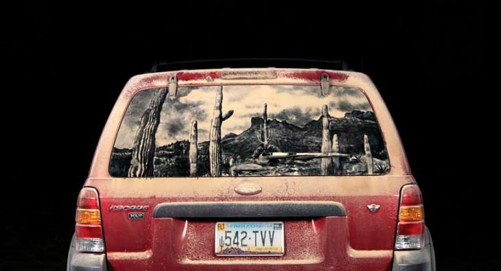 desierto dibujado en la parte trasera de una camioneta