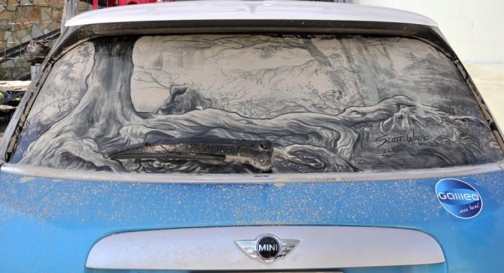 paisaje en el parabrisas trasero de un coche azul