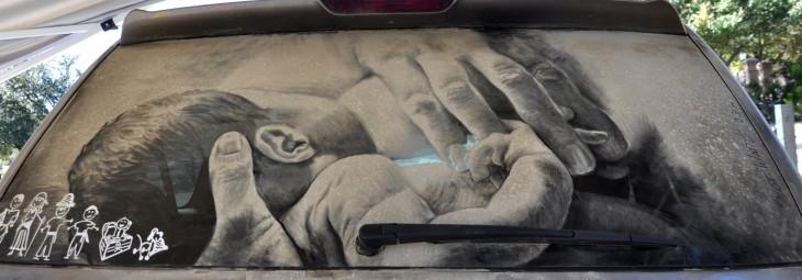 bebé mando del pecho de su madre en el parabrisas de un coche