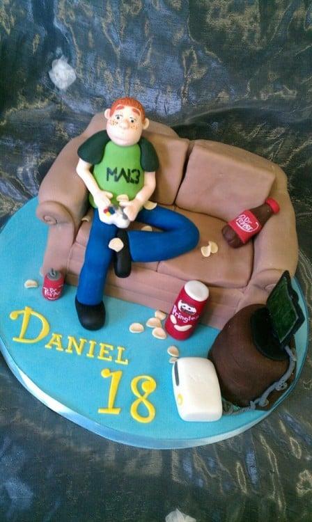 pastel con un chico sentado en un sofá jugando videojuegos