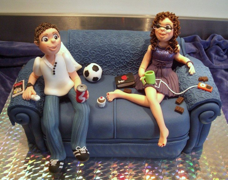 pastel del sofá con dos personas sentadas en el viendo tv