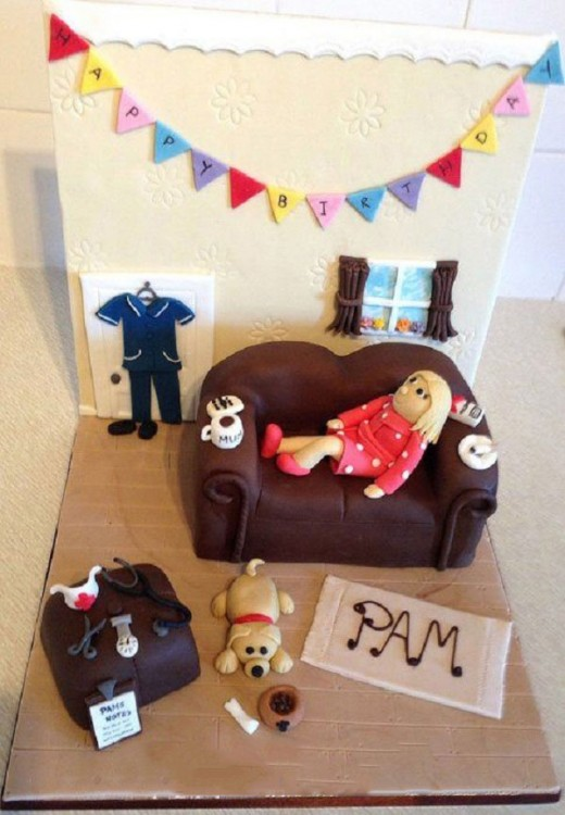 pastel de una chica acostada en la sala