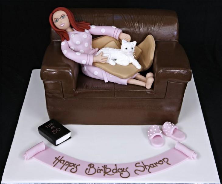 pastel con el diseño de una mujer acostada en el sillón