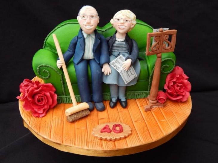 sillón con dos ancianos sentados en él