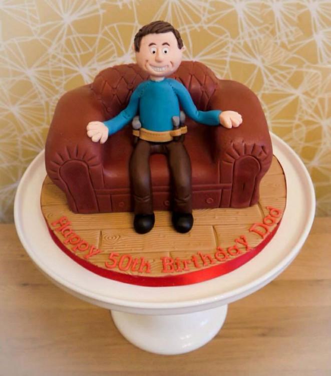 un hombre sentado en un pastel con forma de sillón